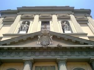 portale della chiesa con enorme stemma borbonico