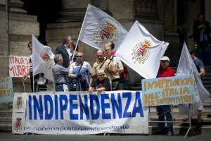 Renzi a Napoli: proteste antagonisti precari e neoborbonici