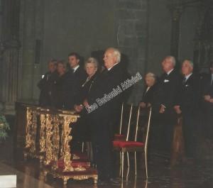 la famiglia reale: visibiili Carlo con mamma Chantal e papà Ferdinando, dietro i principi anziani