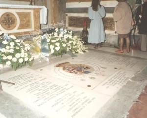 le tombe reali omaggiate dai fiori dell'Ordine Costantiniano